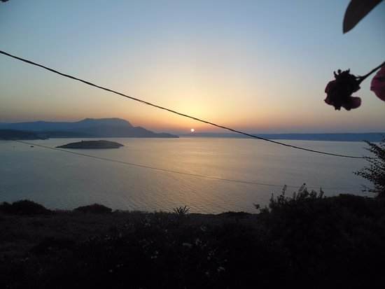 Plaka, Yunani: Закат, вид из-за столика ресторана.