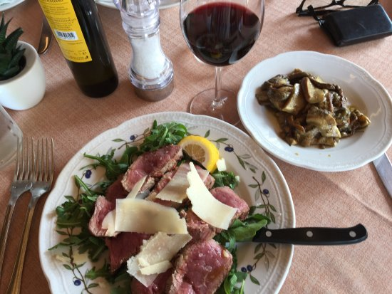 Scansano, Italië: Tagliata di manzo con rucola with a side of porcini mushrooms