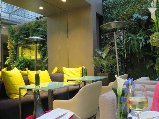 Cadre moderne, décoration très soignée. - Picture of Restaurant De ...