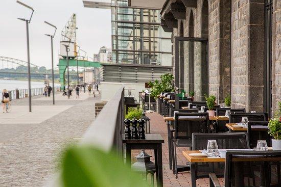 eleven stories: Unser Balkon: Freier Blick auf den Rhein, von allen Plätzen.