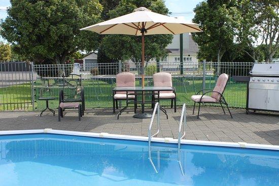 Wairoa Motel: Outdoor Swimming Pool & BBQ area
