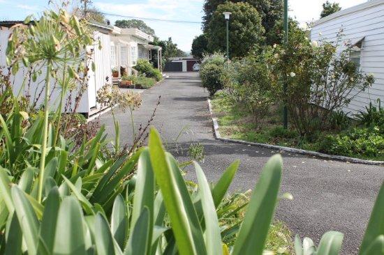 Wairoa Motel: Expansive Rose Gardens & Entrance