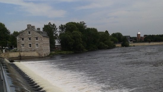 Ile des Moulins: vue d'ensemble sur le barrage