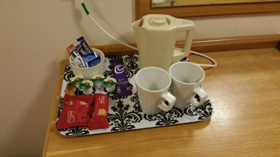 Holt, UK: Tea & coffee making facilities in room