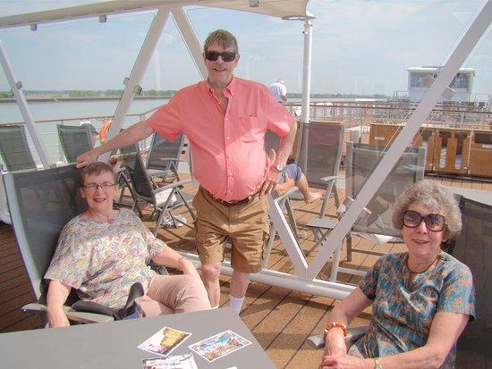 Lignan-De-Bordeaux, Fransa: On the Sundeck with Ginny and Robin