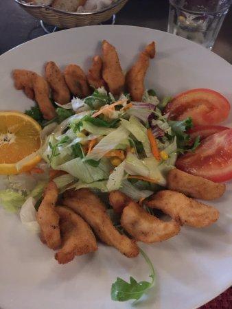 Tomeu: Salat mit frittierten Hähnchenstücken