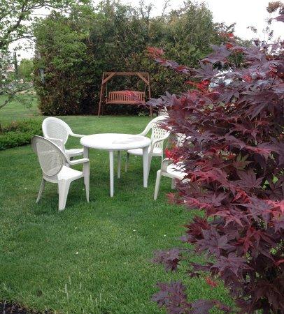 Walla Walla Garden Motel: garden picnic area with swing