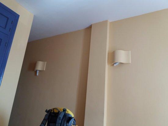 Mojacar Playa Hotel: Detalle de la iluminación de la habitación. Lámparas colgando sin el menor atisbo de interés.