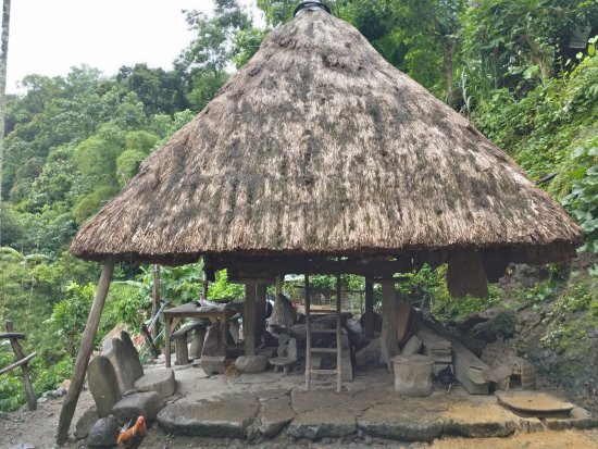 Batad, Filipinas: Century old native Ifugao hut with lounge area (yes, the stones are great for hanging out)