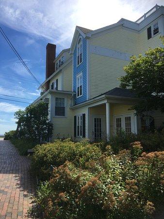 The Beach House: Side of the inn