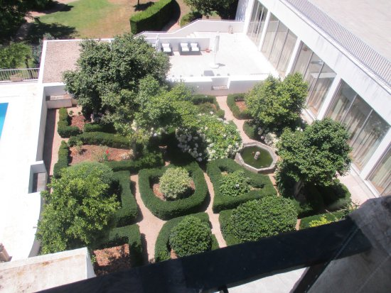 Lousa, Portugal: Garden view from the veranda bar