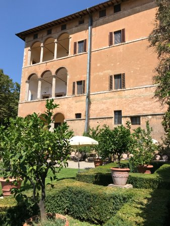 Pievescola, Italia: View of the hotel from the garden