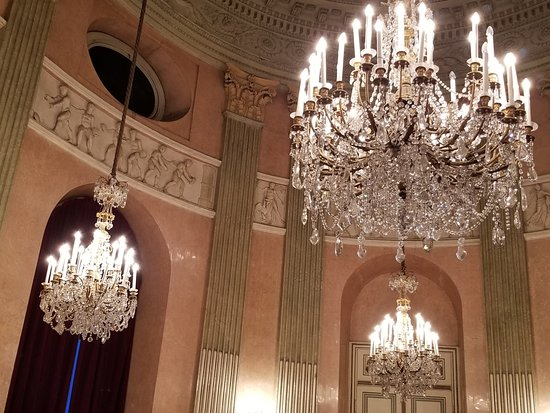 Vienna Residence Orchestra : Beautiful chandeliers