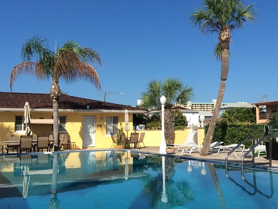 Gulf Tides Inn: Beautiful pool and deck area .