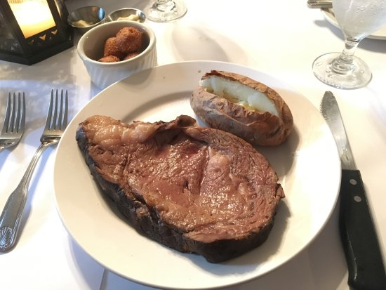 Perry, Τζόρτζια: King cut prime rib, baked potato and hushpuppies
