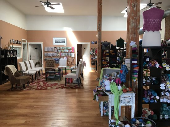 Chehalis, WA: As you enter, you see the social area, where so many fiber artists spend their time sharing toge