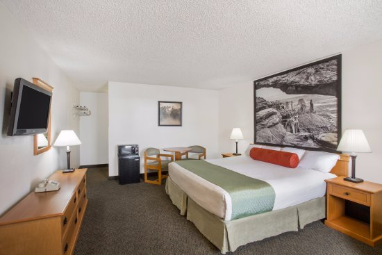Super 8 by Wyndham Salina/Scenic Hills Area: King Room