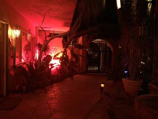 The Coyote Inn: Entrance/reception to the left - in the evening