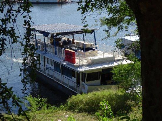 Kariba, Zimbabue: Karibeer house boat waiting to be docked