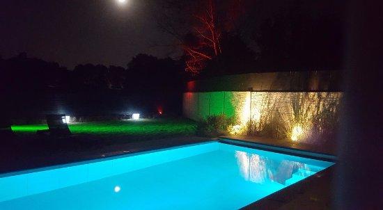 Lummen, Βέλγιο: Heerlijk verwarmd zwembad midden in de natuur, zicht op een open weide, open sterrenhemel...