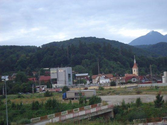 Sacele, Romania: Na lewo z okna sielski krajobraz już z górami w tle.