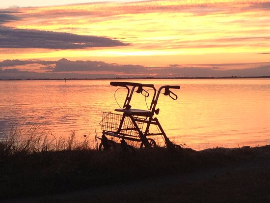 Surrey, Canada: even the elderly can enjoy the sunset at Crescent Beach