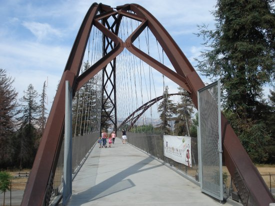 Happy Hollow Park and Zoo: The bridge from the parking lot.