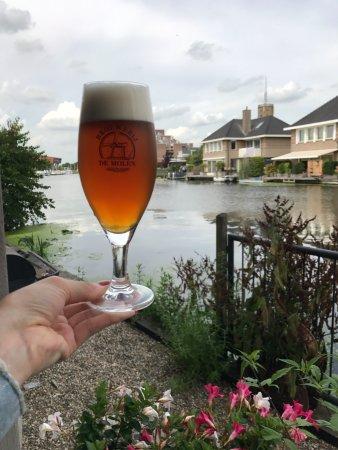 Bodegraven, Holland: American Pale Ale e vista desde o lado de dentro do restaurante!