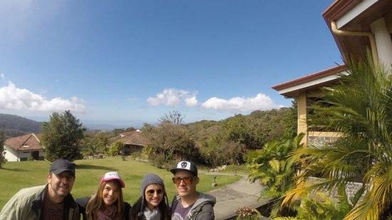 Hotel Montana Monteverde: Vista de parte del hotel y del golfo de nicoya a lo lejos, un poco nublado...