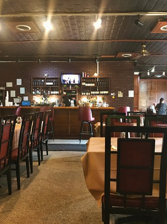 Lebanon, OH: Interior of the restaurant looking at the bar