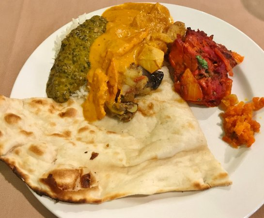 Lebanon, OH : Buffet selection with naan bread and curry
