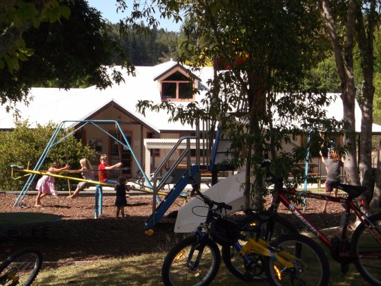 Kaiteriteri, Yeni Zelanda: Playground by kitchen/BBQ area