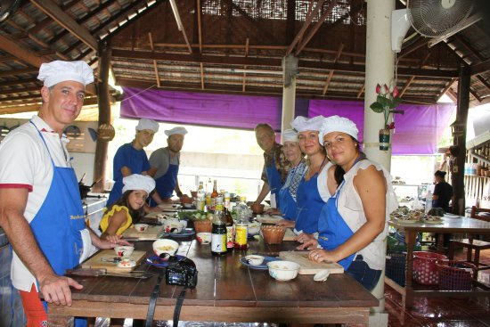 Saraphi, Thailand: The group of would be cooks at the prep table
