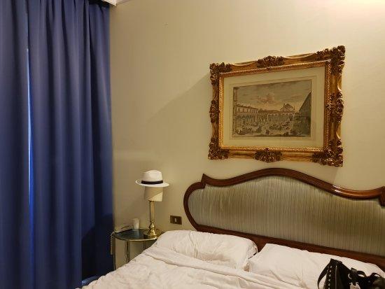 Hotel Goldoni: Habitación con cortinado doble.