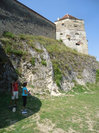 Rasnov, Romania: Tu widzimy 5 m. mury obronne i wieżę strażniczą .