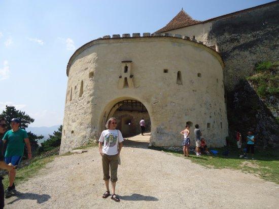 Rasnov, Romania: A tu mamy odnowiony mały barbakan widziany z zewnątrz .