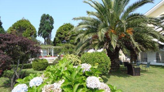 Restaurante Regueiro: Otro ángulo de su cuidado Jardín que transmite silenciosa paz rural