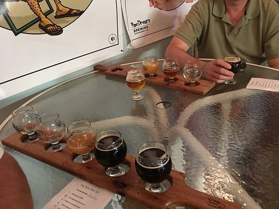 Londonderry, NH: Flights for tasting were expensive but good compared to other places. Dogs are allowed as long a