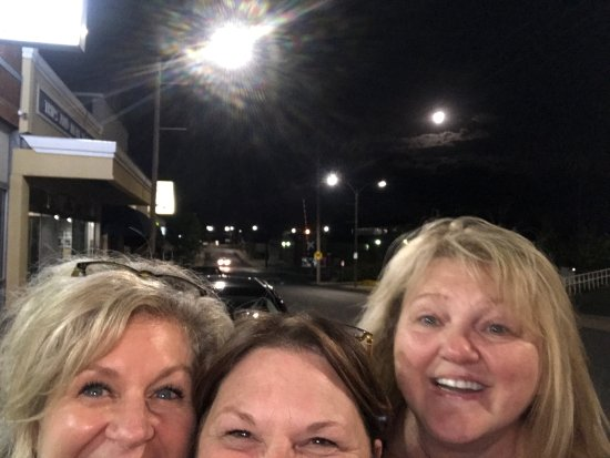 Rolla, MO: Trying to get the full moon in the pic from outside of Alex's pizza