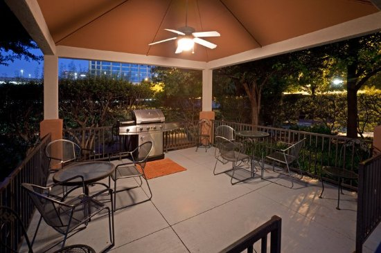 Candlewood Suites Dallas-By the Galleria: Candlewood Suites Hotel Dallas Galleria Guest Patio