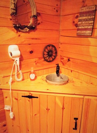 Νότιο Bloomingville, Οχάιο: The bathroom vanity/sink area of whiskey cabin.
