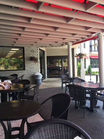 Jeannette, PA: Eating area outside the store