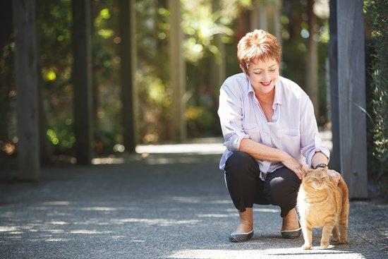 Blenheim, Nuova Zelanda: Jane Hunter with a resident cat