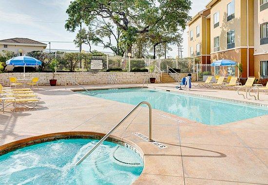 Fairfield Inn & Suites by Marriott San Antonio SeaWorld/Westover Hills: Outdoor Pool and Whirlpool