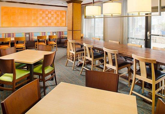 Fairfield Inn & Suites by Marriott San Antonio SeaWorld/Westover Hills: Breakfast Dining Area