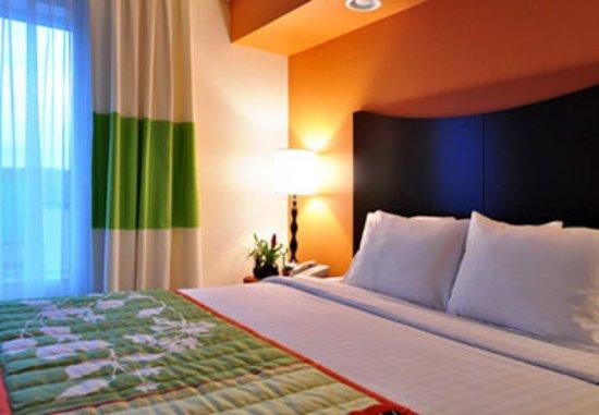 Fairfield Inn & Suites Denver North/Westminster: Executive King Suite Sleeping Area