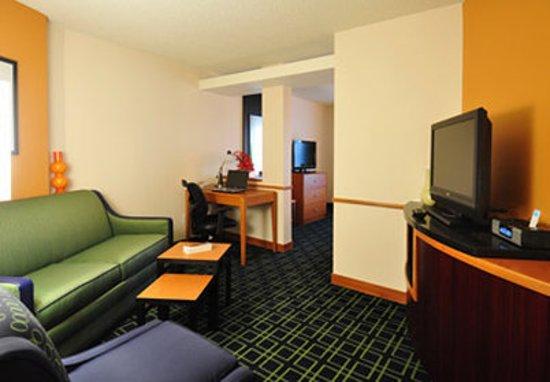 Fairfield Inn & Suites Denver North/Westminster: Executive King Suite Living Area