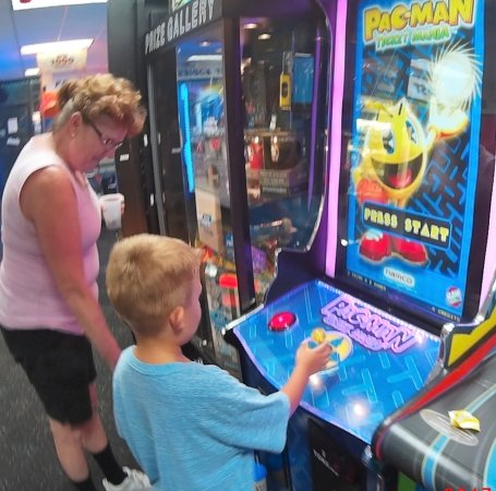 Fast Eddies Fun Center: Good ol pacman, classic game!