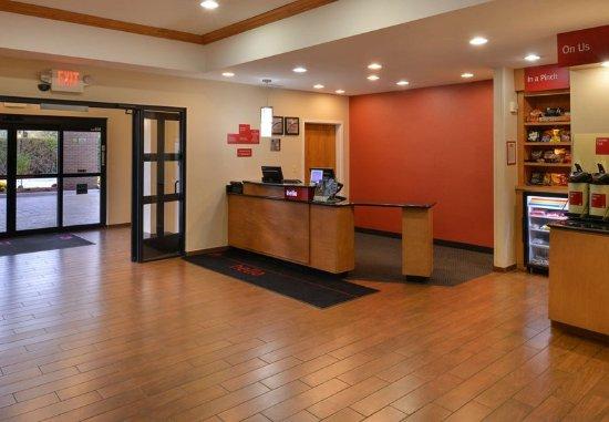 Warren, MI: Lobby Entrance