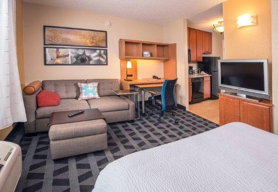 Clinton, MD: Queen Studio Suite - Living Area
